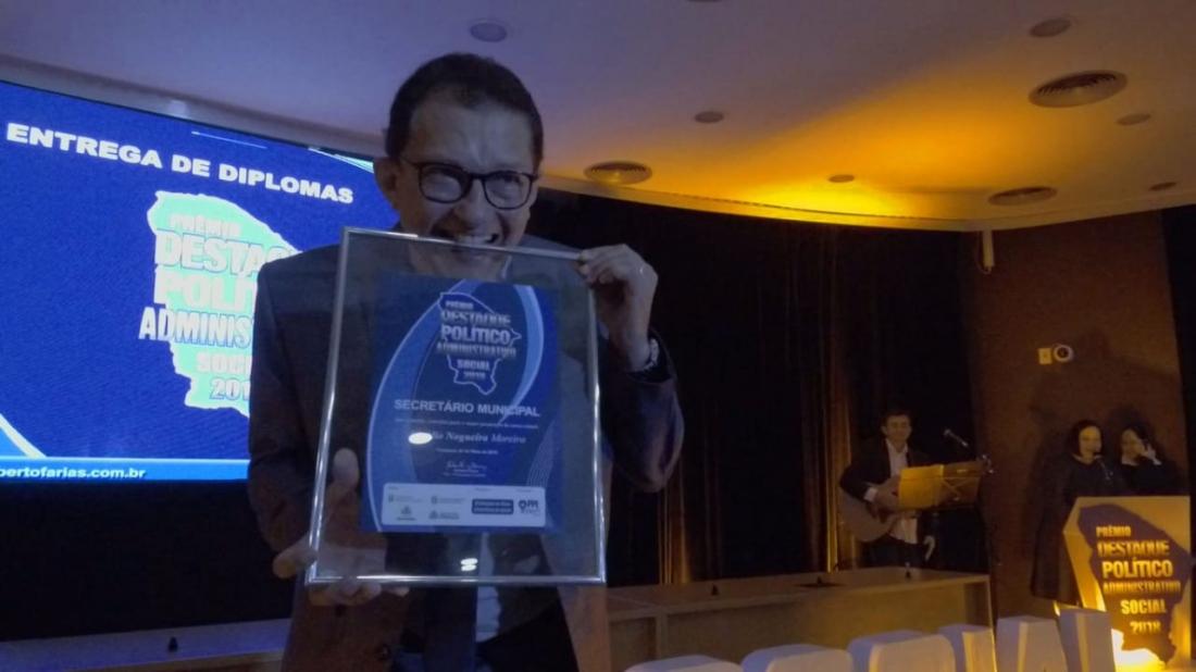 Dr. Elpídio recebe prêmio destaque político administrativo social